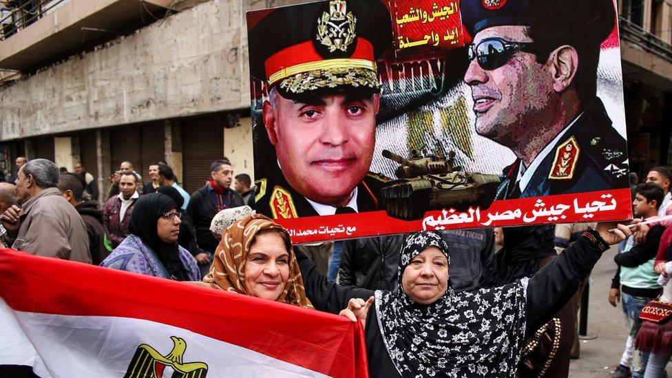 صحفيون آخرون يرونها ثورة حماها الجيش