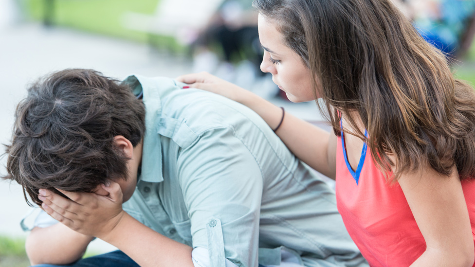 Una adolescente escuchando a un compañero