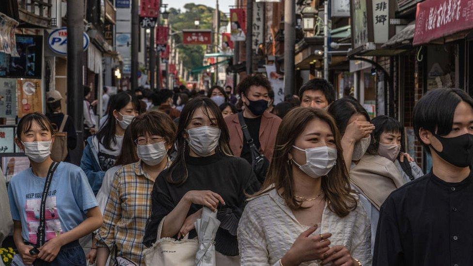 日本民眾普遍會合作地執行防疫措施,例如戴口罩,被認為是日本最初成功控制疫情擴散的原因之一。