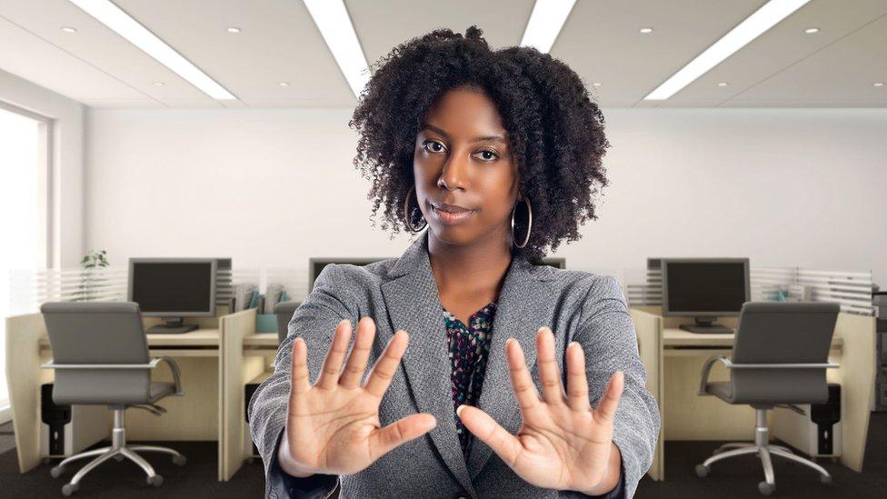 Ofiste elleriyle 'Hayır' diyen bir kadın