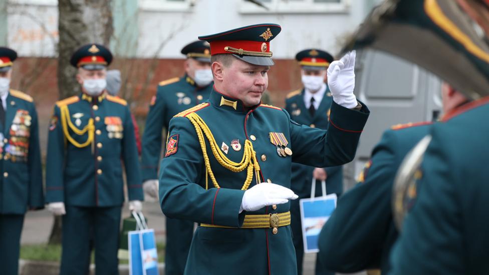 Military band plays for self-isolating war veteran, May 2020