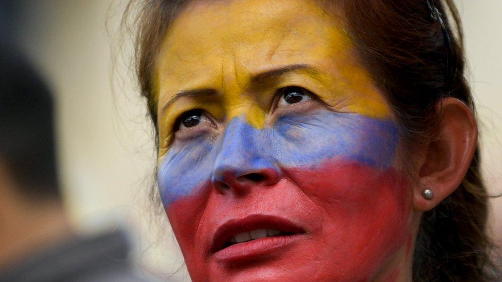 Mujer activista con el rostro pintado