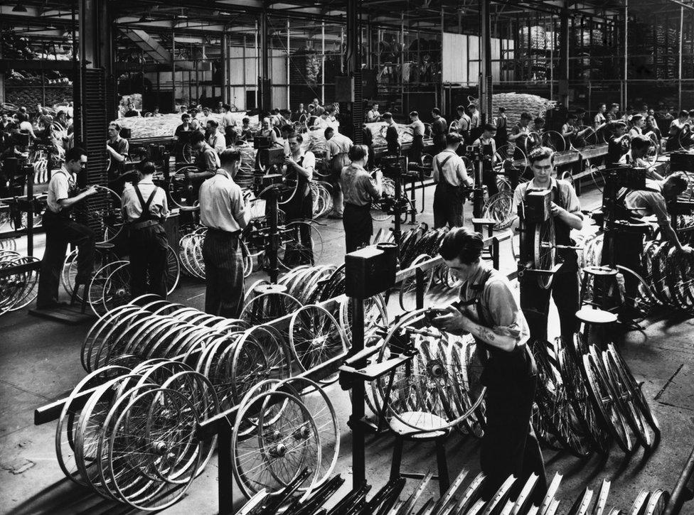 Trabajadores en la fábrica de Raleigh, a principios de 1900