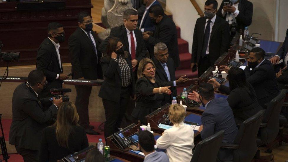 Los nuevos magistrados de la Sala de lo Constitucional saludaron a los congresistas tras ser juramentados en sustitución de los miembros destituidos.