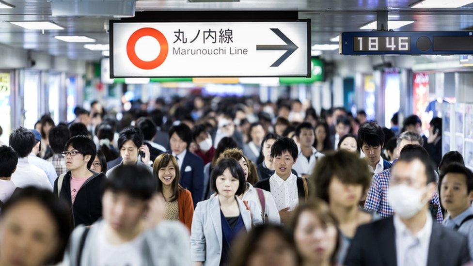 Japoneses es una popular estación de Metro en Tokio