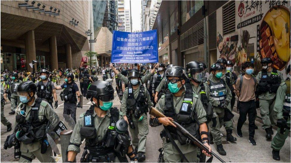 5月27日,香港警員在街頭戒備。