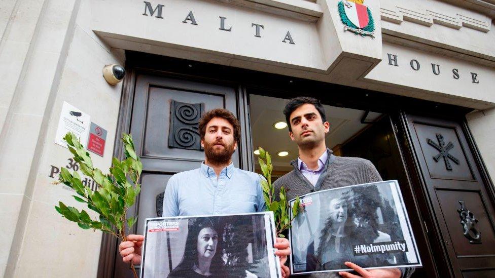 Metju (levo) i njegov brat Pol ispred zgrade suda u Valeti