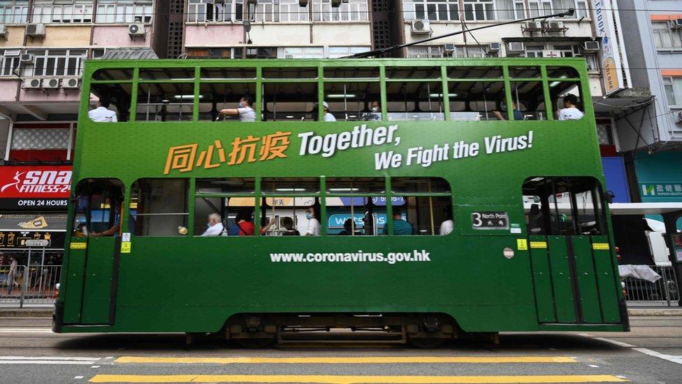 一輛漆上抗疫宣傳廣告的香港電車(9/7/2020)