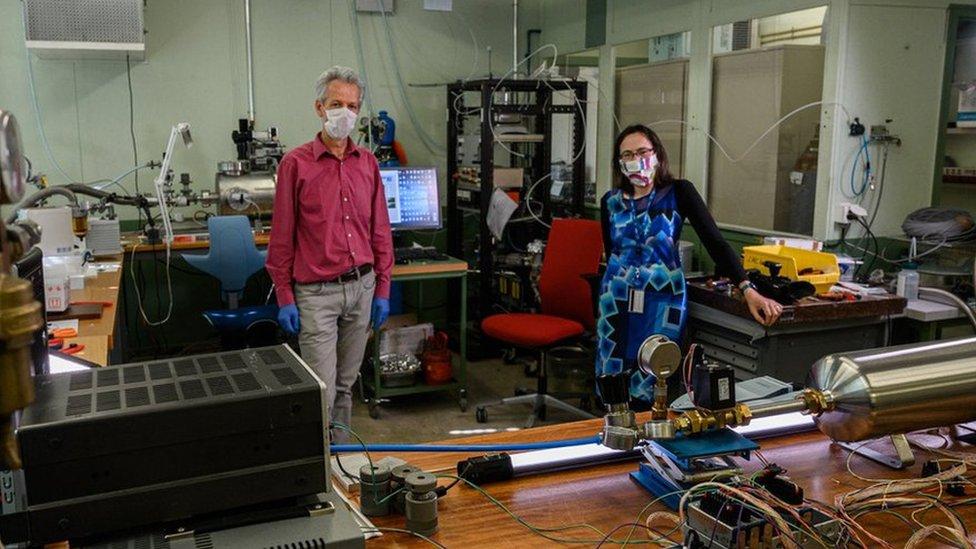 Jan Buytaert y Paula Collins en su laboratorio CERN donde desarrollan el nuevo ventilador HEV cuyo prototipo es visible en primer plano