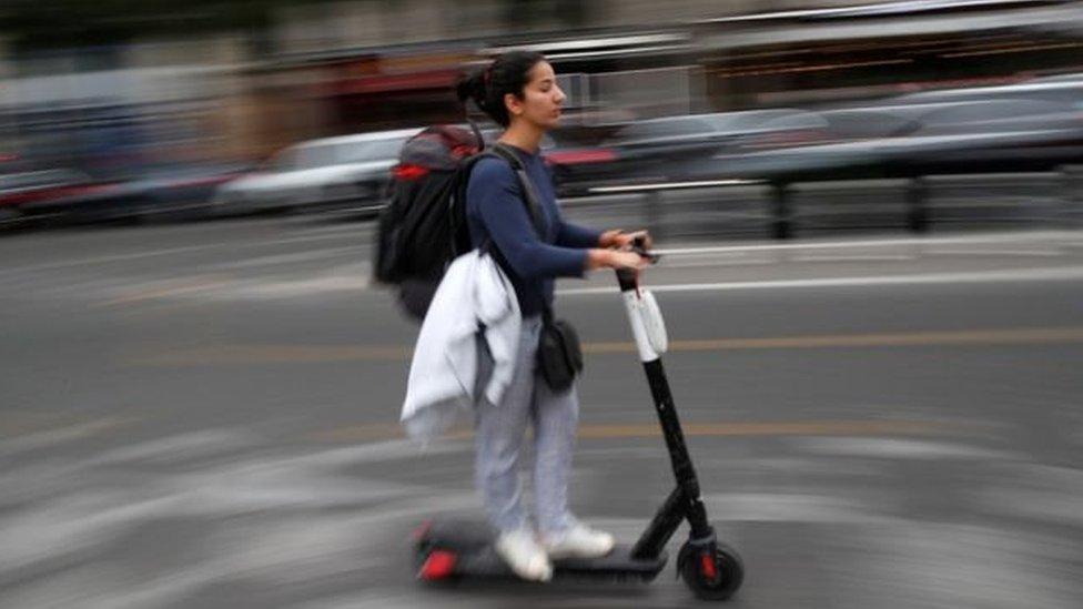 पेरिस: पेंशन को लेकर हुए सड़क जाम से परेशान