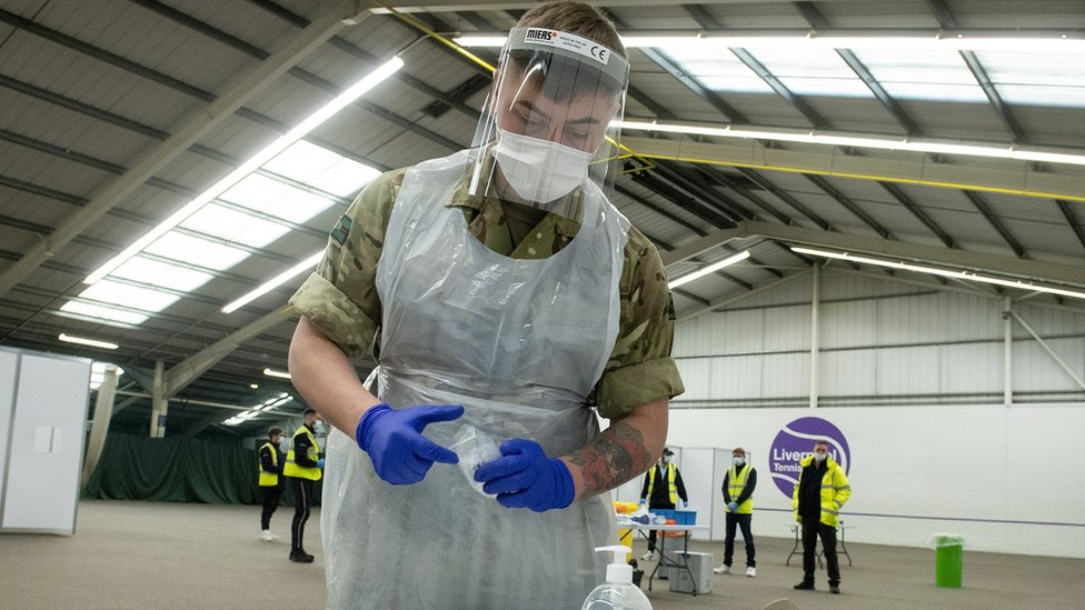 Liverpool'da koronavirüs test merkezinde görev yapan bir İngiliz askeri