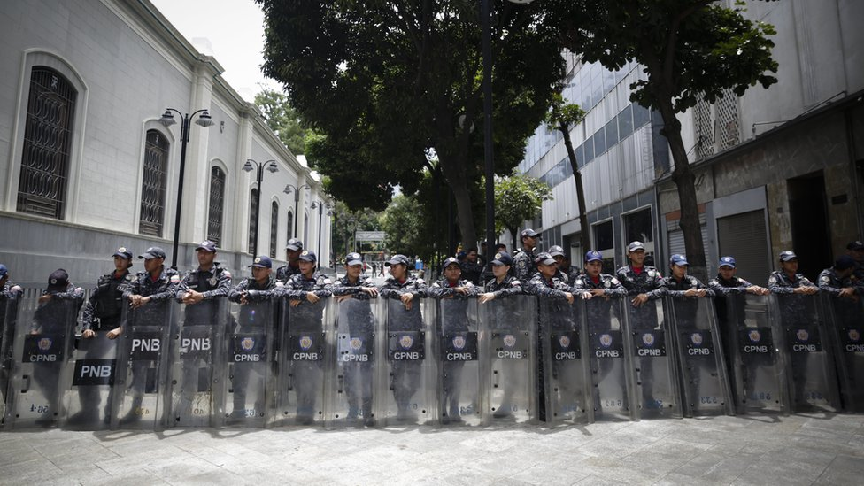 Police blocks entrance to Venezuelan National Assembly