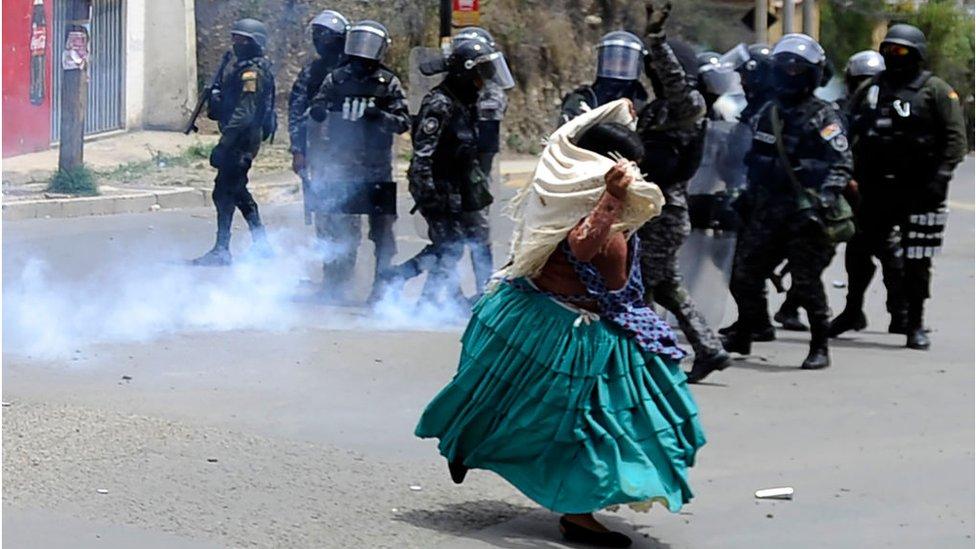 Una mujer confronta a policías en Bolivia