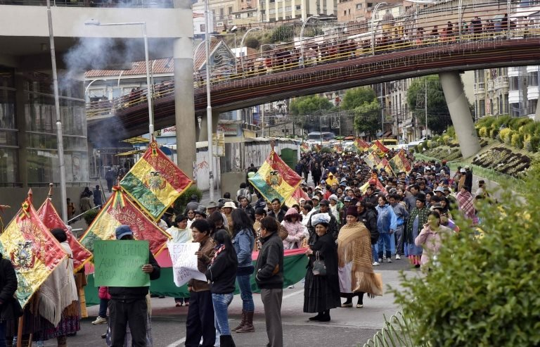 Residents of El Alto and La Paz protest for the lack of water, in La Paz, on November 29, 2016.