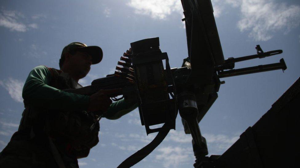 Армия и талибы ведут бои за три крупных города Афганистана