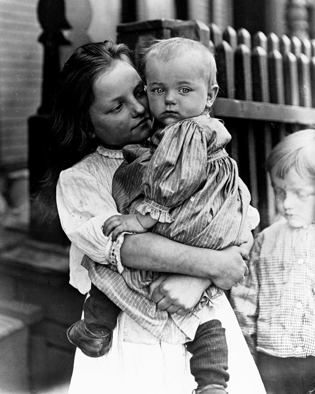 žena drži dete