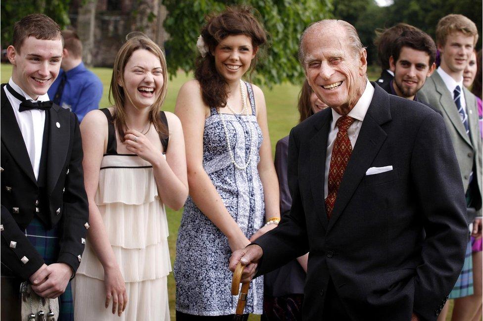 El duque de Edimburgo asiste a las recepciones de presentación de los ganadores del Premio de Oro del Duque de Edimburgo, en el Palacio de Holyroodhouse en Edimburgo, 2010.
