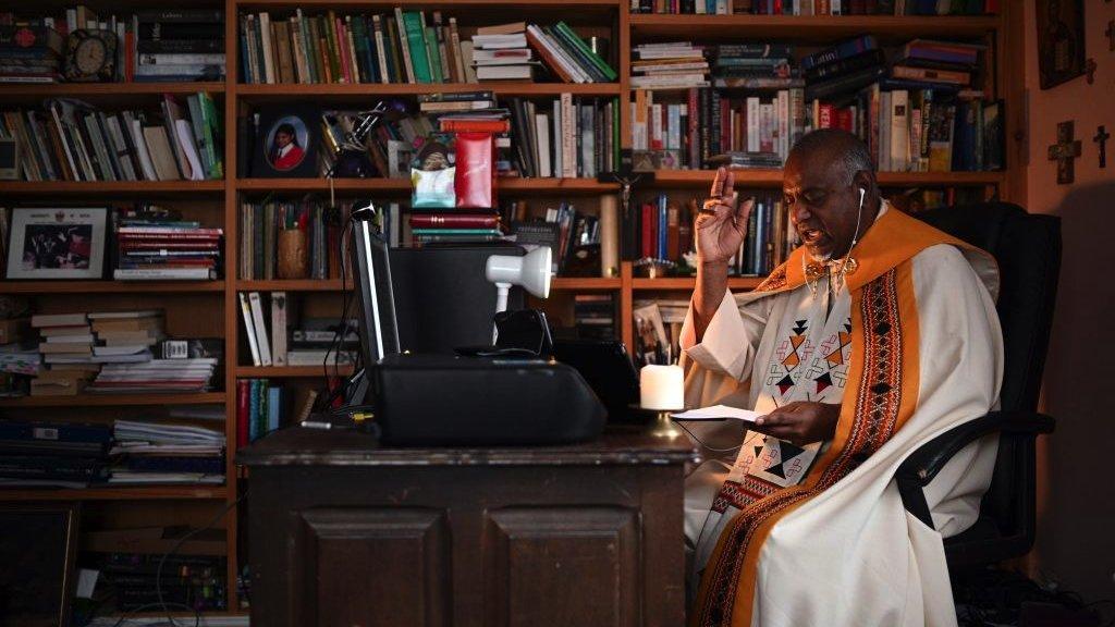 الكاهن روحرز غوفندر يتلو عظة عيد الفصح في مانشستر عبر البث المباشؤر لموقع فيسبوك في أبريل/ نيسان الماضي