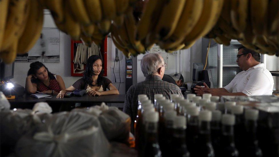 Tienda en Venezuela durante un apagón