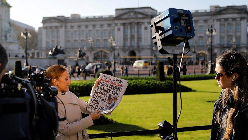 Prensa analizando la noticia en las afueras del palacio de Buckingham.