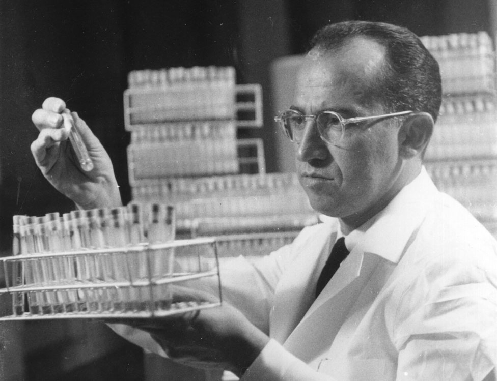 Jonas Salk en su laboratorio