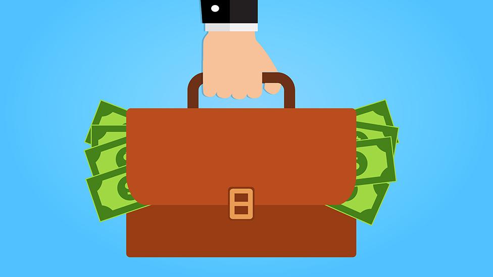 En realidad, pretenden robarlas. Ilustración de un hombre en traje sosteniendo una maleta llena de dinero