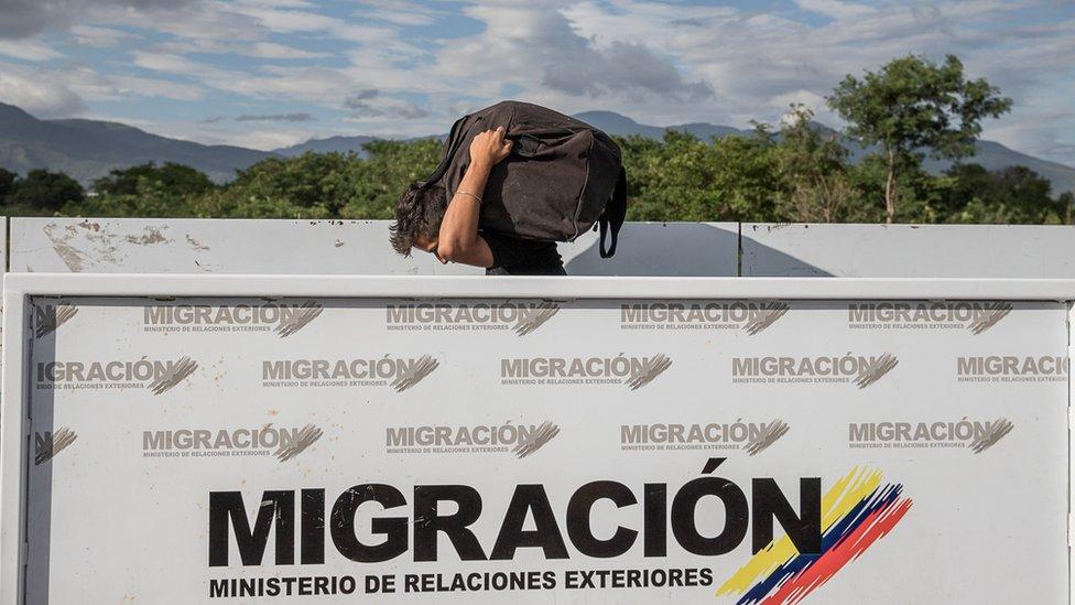 Warga Venezuela melintasi perbatasan dengan Colombia dengan berjalan kaki