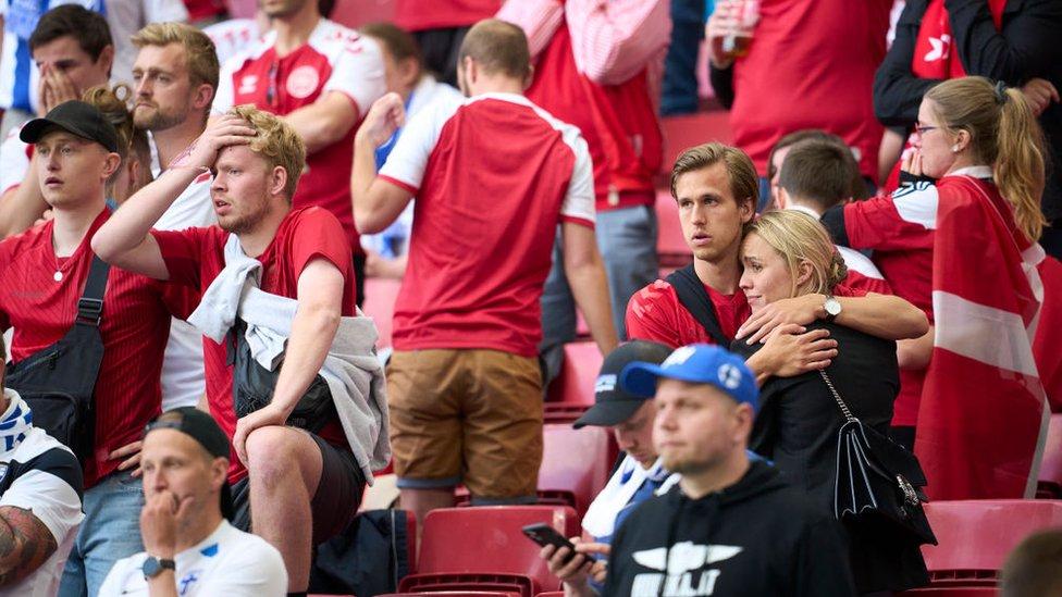 El desplome de Eriksen causó conmoción en el estadio.