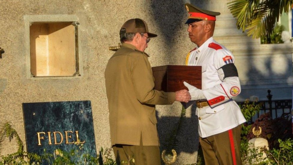 Raúl Castro con las cenizas de Fidel Castro