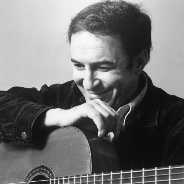 João Gilberto posa com um violão na juventude