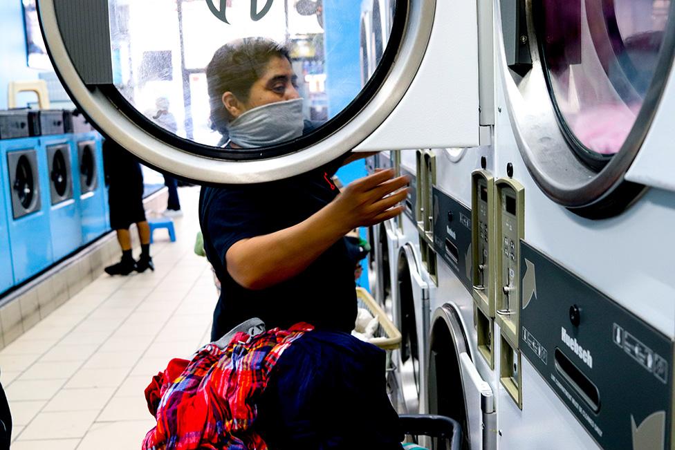 La madre de Ana en la lavandería
