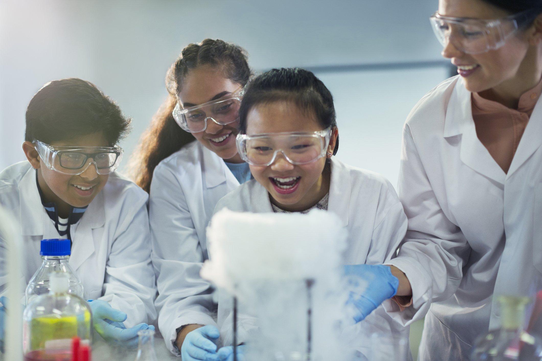 jóvenes en un laboratorio