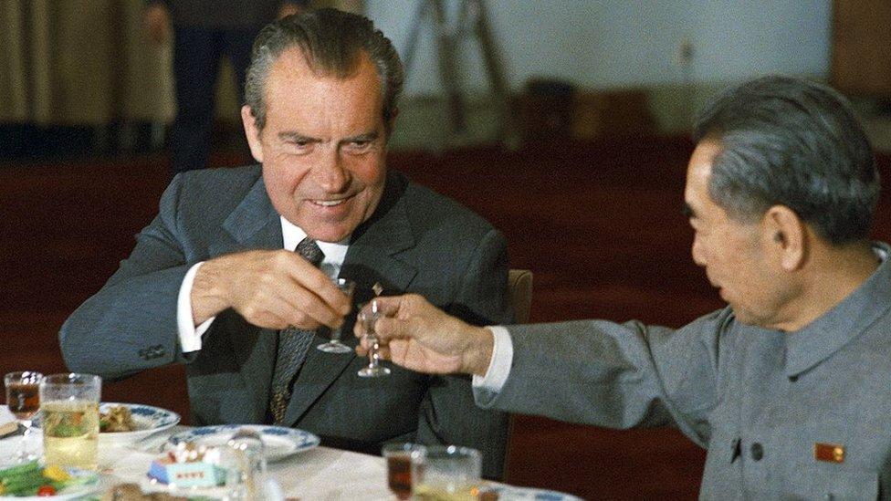 Nixon brinda con el primer ministro chino Zhou Enlai en 1972 en Pekín.
