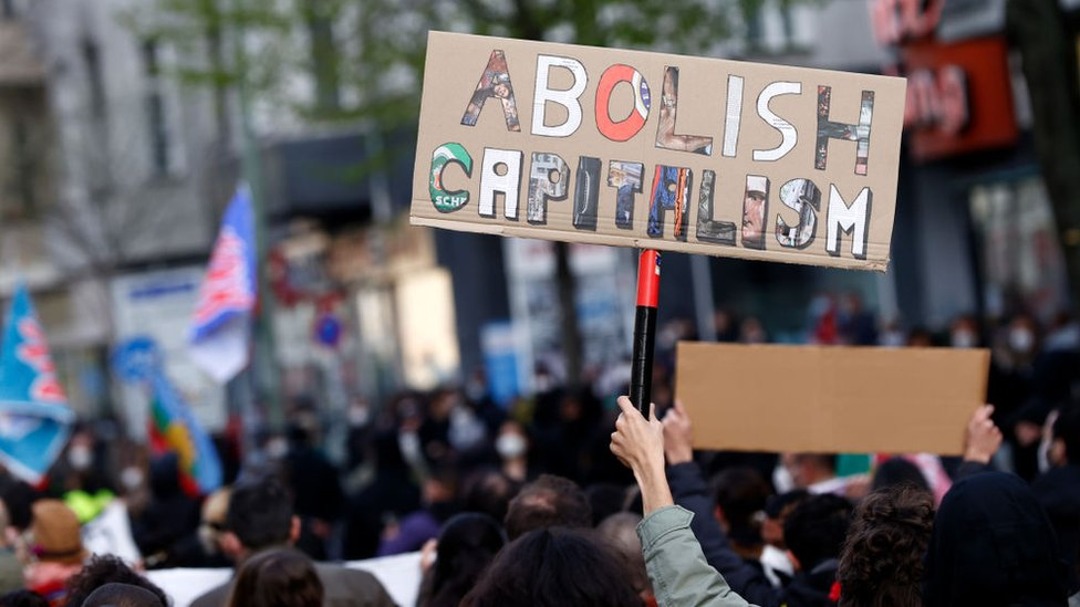 """""""Abolir el capitalismo"""", dice un cartel en una protesta el 1 de mayo de 2021 en Berlín."""