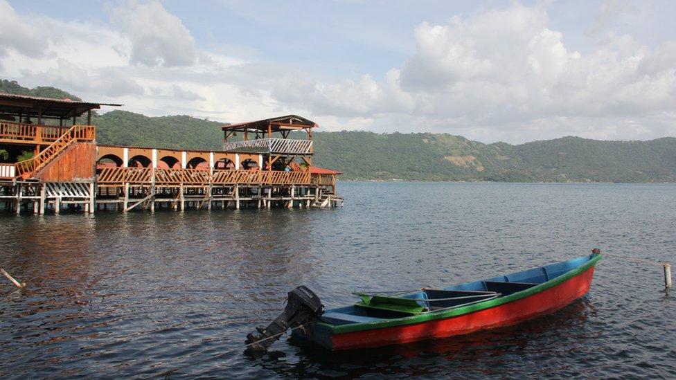 Foto del Lago de Coatepeque con el color del agua habitual.