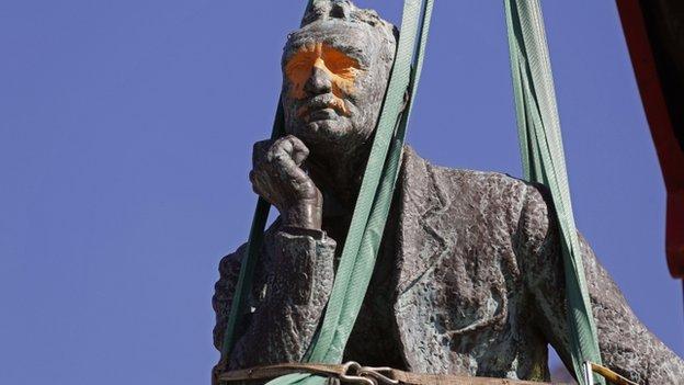 Rhodes statue in Cape Town