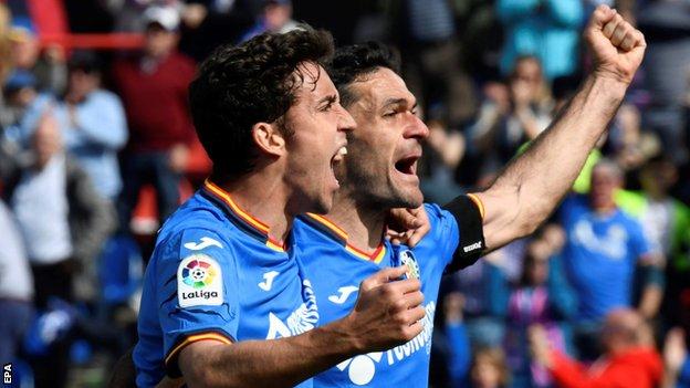 Jaime Mata celebra con su compañero de equipo Jorge Molina
