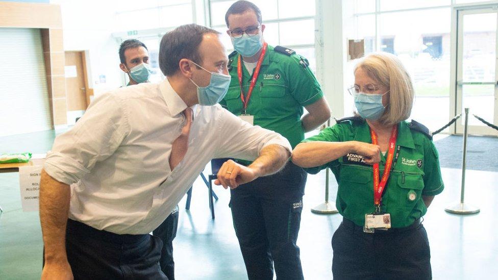 وزير الصحة مات هانكوك يلتقي بالعاملين والمتطوعين خلال زيارة لمركز لقاحات هيئة الخدمات الصحية الوطنية
