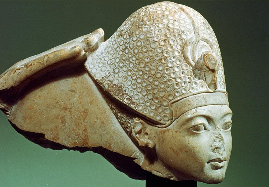 Tutankamón con la corona azul (y sin nariz), siglo XIV a.C. Tutankamón reinó entre 1333 y 1323 a.C. y fue un faraón de la XVIII Dinastía del Antiguo Egipto.