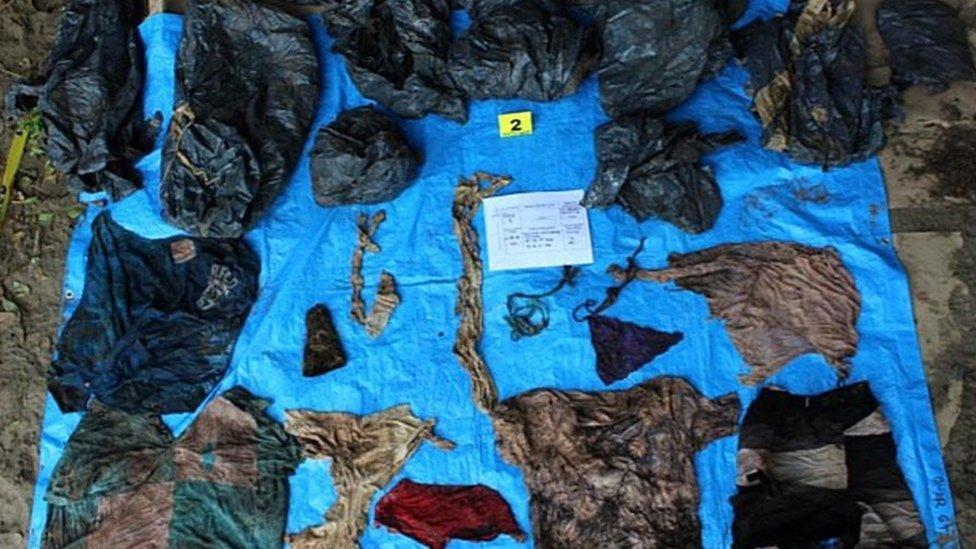 Objetos hallados en la fosa común.