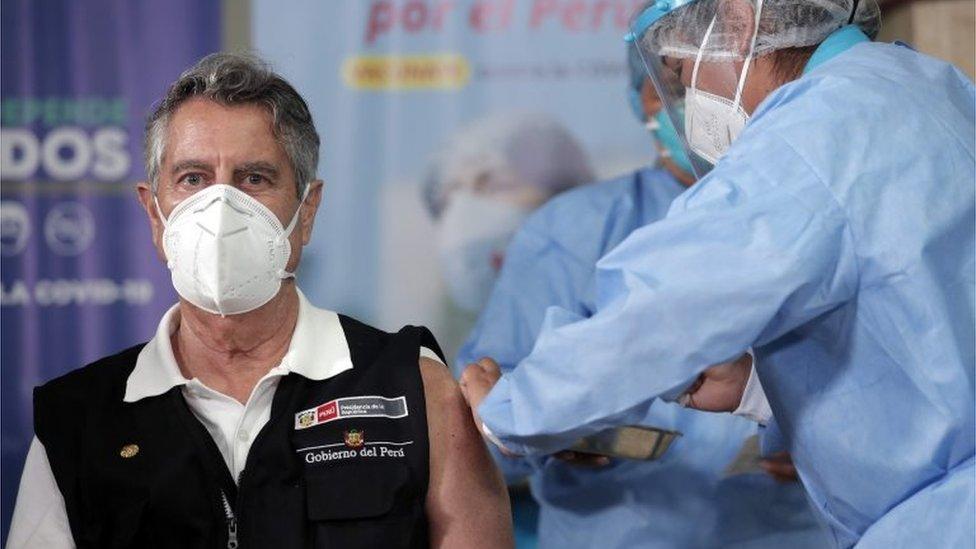 El presidente de Perú, Francisco Sagasti, siendo vacunado contra el coronavirus el pasado 9 de febrero