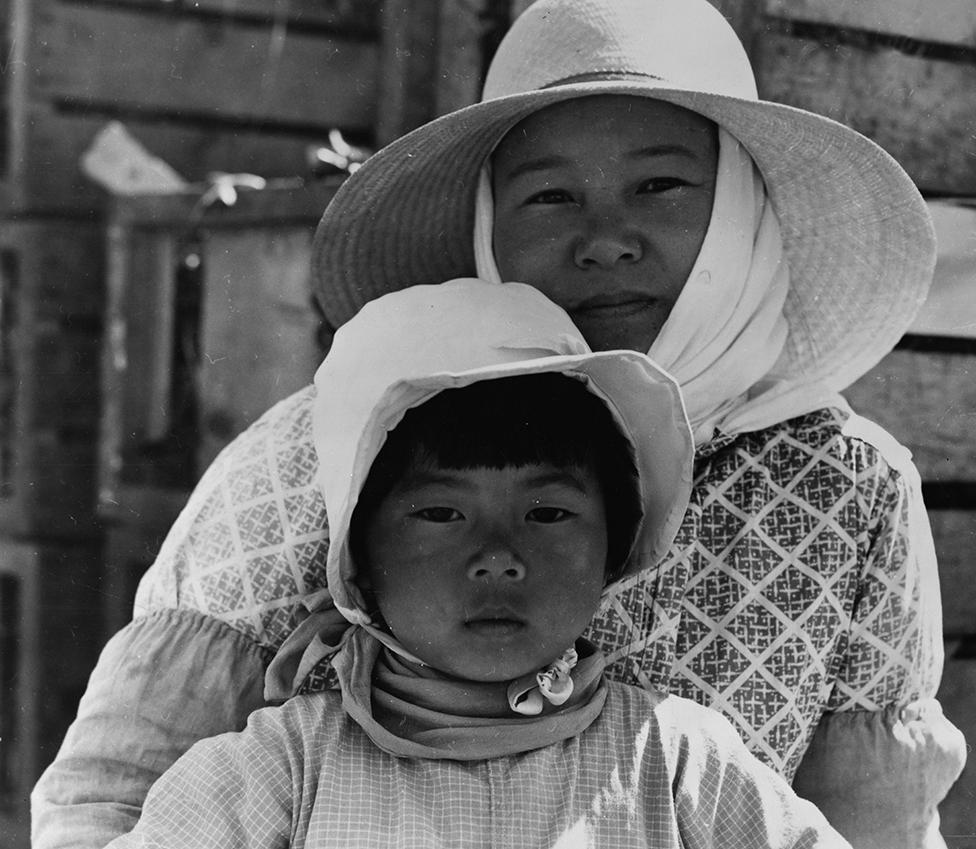 Fotografía de Dorothea Lange de una madre y su hija de origen japonés en California, en 1937.