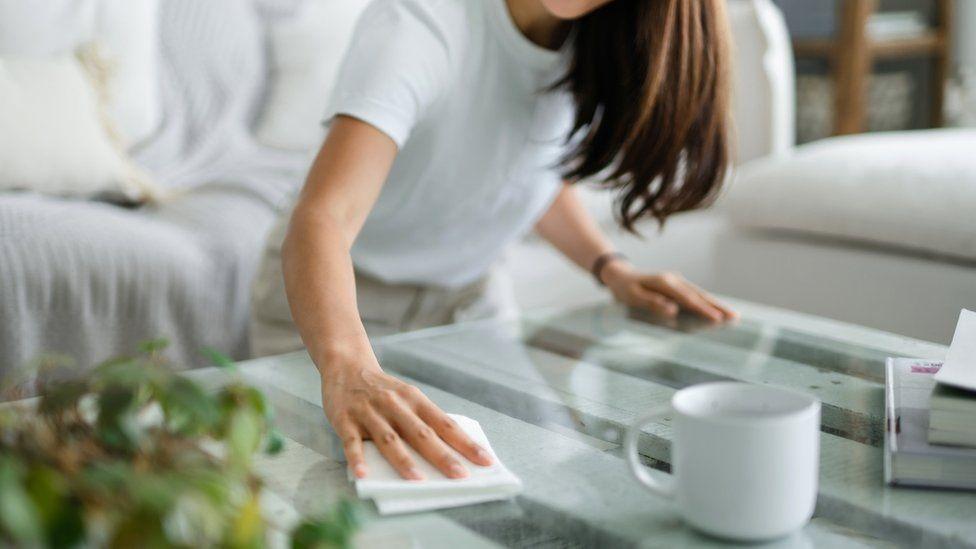 امرأة تنظف منزلها