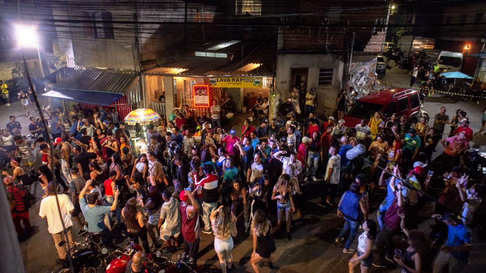 Fiesta en la favela Jaguaré en Sao Paulo, Brasil.
