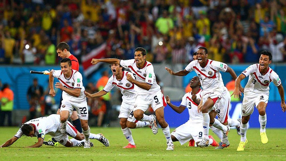 Jugadores de Costa Rica celebran el triunfo en octavos de final contra Grecia en el Mundial de Brasil 2014.