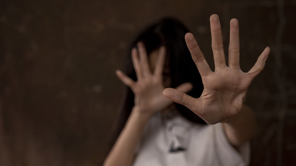 Una persona se defiende con las manos extendidas