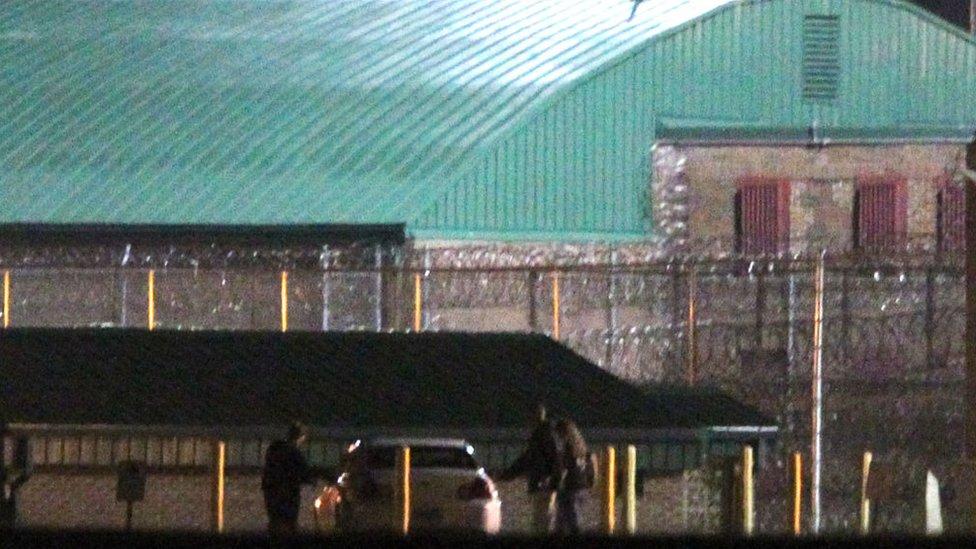 Imagen lejana de la salida de John Walker Lindh de la cárcel Terre Haute, Indiana, el jueves 23 de mayo