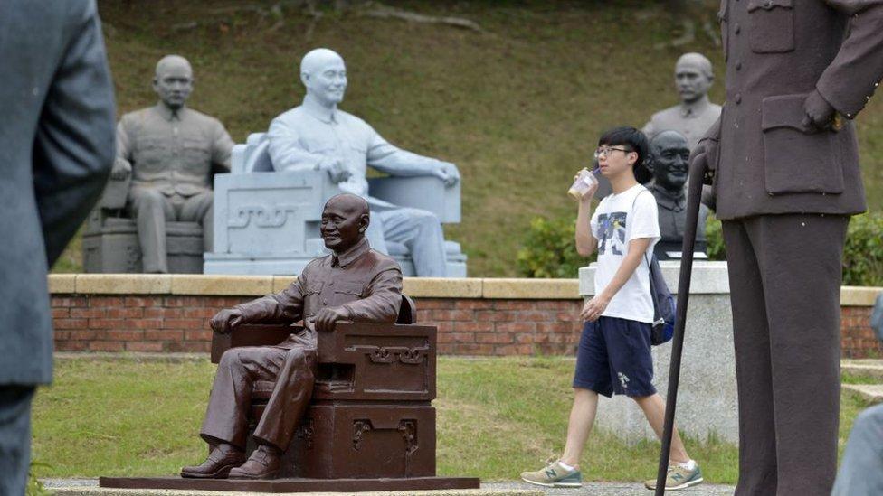 台灣北部城市桃園一個公園裏的蔣介石雕像。