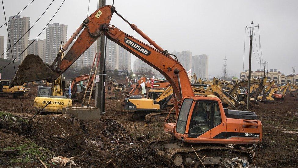 Máquinas excavadoras en el lugar donde se construirá un nuevo hospital en Wuhan