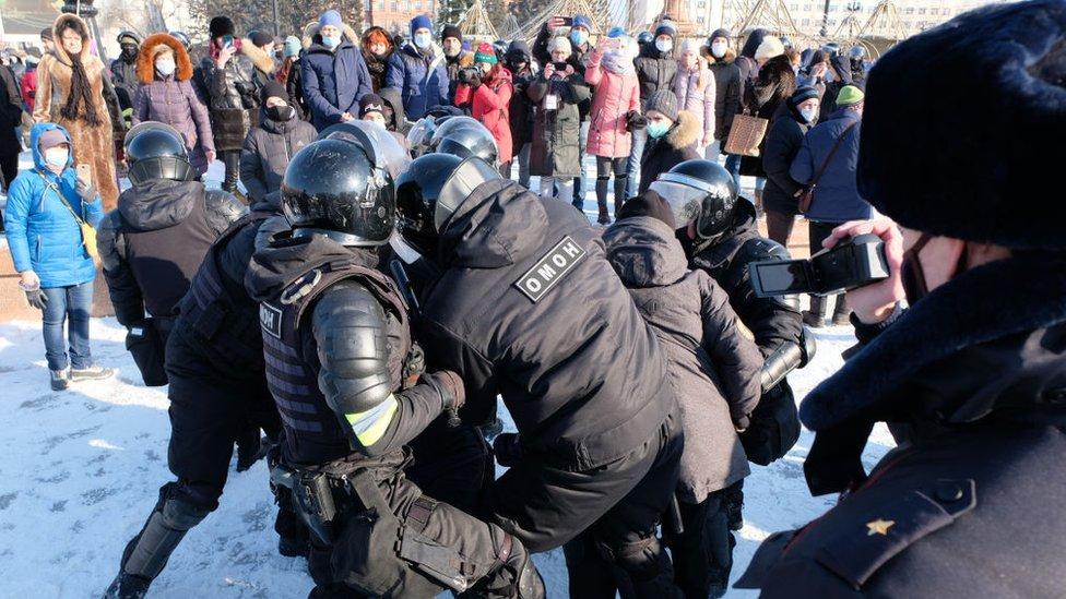 """La policía había advertido que las protestas no autorizadas como esta en Jabárovsk, una ciudad próxima ala frontera con China, serían """"suprimidas de forma inmediata""""."""